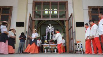 Filipinler'de Halk, Yanardağını Söndürmek İçin Dans Ediyor