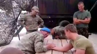 Feridun Türkmen isimli askerimiz ile Hollanda askeri Zico bilek güreşi masasında karşı karşıya gelmi
