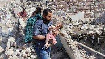 Suriye rejimi ve Rusya'nın savaş uçakları Doğu Guta'da Kefr Batna'ya napalm bombalarıyla saldırı yap