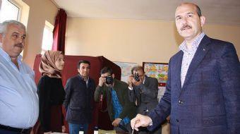 Anayasa değişikliği için halk oylamasında oyunu Trabzon'da kullanan İçişleri Bakanı Soylu, oy kullan