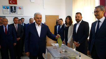 Başbakan Binali Yıldırım 'Menderes seninle gurur duyuyor' sloganları eşliğinde Adnan Olcay Ortaokulu