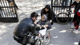 98 yaşındaki Hayriye Solak, tekerlekli sandalye ile geldiği okulda oyunu kullanarak vatandaşlık göre