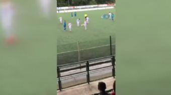 Rize'de Amat�r Lig de oynanan ma�ta sahaya giren k�pek, ma��n durmas�na neden oldu.