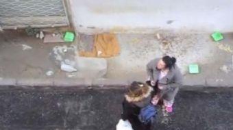 İzmir Balçova'da çekildiği iddia edilen görüntülerde bir kadın, kedi besleyen yaşlı adama hakaret ed