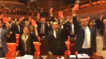 Anayasa değişikliğini protesto eden CHP'li milletvekilleri, hep birlikte ayağa kalkarak kırmızı kart