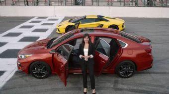Kia yeni Forte modelini, dünyanın en hızlı araçlarından olan Lamborghini Aventador modeli ile karşıl