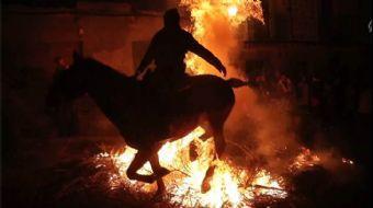 İspanya'da Atlar, Kötülüklerden Arındırılmak İçin Ateş Üzerinde Yürütüldü