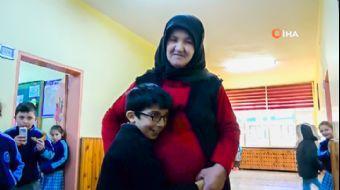 58 Yaşındaki Babaanne, 4 Yıldır Engelli Torununu Sırtında Okula Taşıyor