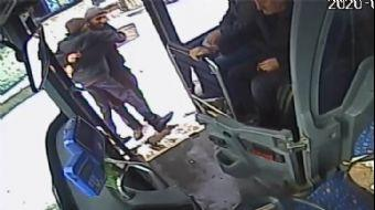 Şoför, Engelli Genci Kucağına Alıp Otobüse Bindirdi