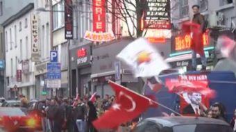 Halk oylaması sonuçları dünyanın çeşitli ülkelerinde yaşayan Türk vatandaşları tarafından kutlandı.