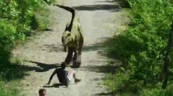 Remi Gaillard, aşırı gerçekçi dinozor ile acımasız bir şaka hazırladı. O anlar kameraya böyle yansıd