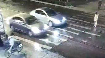 Çin'de yaya geçidinden karşıya geçmeye çalışan kadına önce bir taksi çarpıp kaçtı. Yolun ortasında h