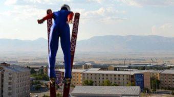Türkiye'nin ilk ve tek kayakla atlama kulelerinin pistlerinde çocuk ve gençler, Trabzon'un Maçka İlç
