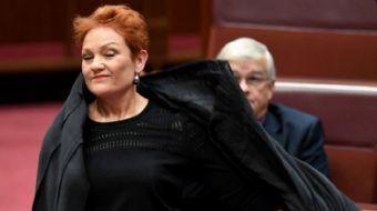 Avustralya'nın ırkçı 'Tek Ulus Partisi' üyesi Pauline Hanson parlamento içine burka ile girdi.