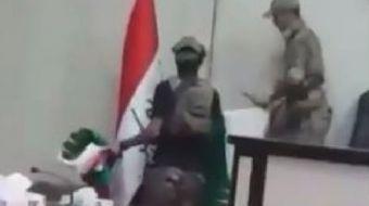 Kerkük İl Meclisi'ndeki IKBY bayrağının, Iraklı güçler tarafından indirilme anları görüntülendi.