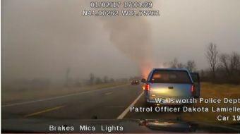 Yavaş yavaş yanmaya başlayan aracın içindeki vatandaş polisin müdahalesiyle son anda kurtuldu
