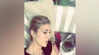 Sunucu ve manken Çağla Şıkel, üst üste kedisi Şükrü ile çekilmiş videoları Instagram hesabından payl