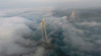 Asya ve Avrupa kıtalarını üçüncü kez birbirine bağlayan Yavuz Sultan Selim Köprüsü ilk kez sis altın