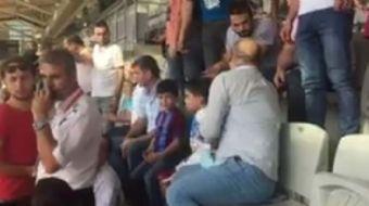 Güvelik görevlisi Trabzonspor formalı çocuktan formasını çıkarmasını  istiyor