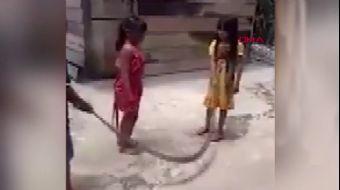 Çocuklar Ölü Yılanla İp Atladı