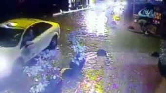 İstanbul Cihangir'de köpeğini gezdirmeye çıkan kişi, bir reklam panosundaki elektrik kaçağından etki