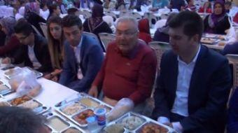 Burdur Belediyesi'nin düzenlediği programa katılan Deniz Baykal, iftar topunun atılmasıyla ani bir k