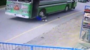 Sri Lanka'da sabırsız yolcu, aşağı inmek için otobüsün durmasını beklemeyince ölümden döndü.