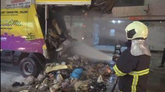 Adana'da Seyhan Belediyesi'ne ait çöp kamyonundaki çöpler çöpe atılan közler nedeniyle tutuştu.