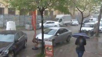 İstanbul'un belli kesimlerinde öğleden sonra bastıran dolu yağışı vatandaşlara şaşkınlık yarattı.