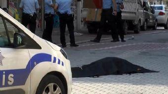 Esenyurt'ta sabah saatlerinde sokak üzerinde yürüyen bir kadına ve adama kimliği henüz belirlenemeye