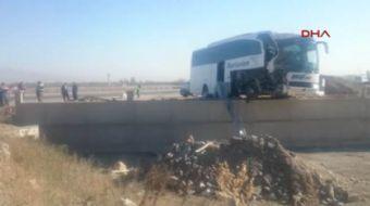 Afyonkarahisar'ın Sultandağı İlçesi yakınlarında tur otobüsü ile TIR'ın çarptığı kazada, 23 kişi yar