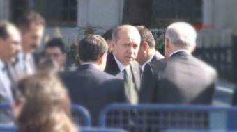 Cumhurbaşkanı Recep Tayyip Erdoğan, cuma namazı sonrası yürüyerek Dolmabahçe'ye geçti