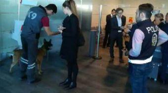 Avusturya'da Türkiye'ye gitmeye hazırlanan yolcuların, Viyana Havalimanı'nda köpeklerle arandığı gö