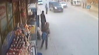 Konya'da kaldırımda bekleyen 3 kişi, otomobilin çarpması sonucu savrularak duvara çapan hafif ticari
