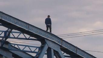 İntihar Etmek İstedi, Üşüyünce Köprüde Yürüyüş Yaptı