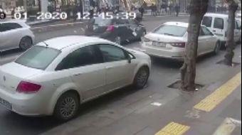 Cezayı Engellemek İçin Koşan Sürücüye Otomobil Çarptı, Paralar Yola Saçıldı