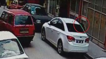 Aksaray'da park halindeki otomobilin camını kırdıktan sonra arka koltukta bulunan çantayı çalan hırs
