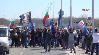 Edirne-Bulgaristan sınırında bir araya gelen Bulgar vatandaşlar Türkiye aleyhine protesto yaptı
