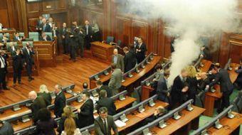 Kosova Meclisi´nde Karadağ sınır anlaşmasının oylaması öncesinde muhalafet partisi sıralarından bir