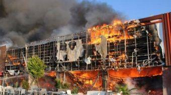 İZMİR'in Bergama İlçesi'ndeki bir alışveriş merkezinde (AVM), henüz belirlenemeyen bir nedenle yangı