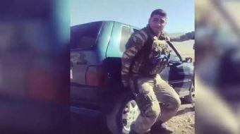 Otomobili tek başına kaldıran Mehmetçik, sosyal medyada gündem oldu.