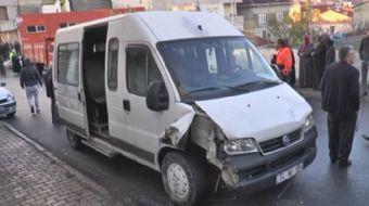 Ataşehir'de sokak içerisinde seyir halinde bulunan bir işçi servisi önce bir otomobile daha sonra da