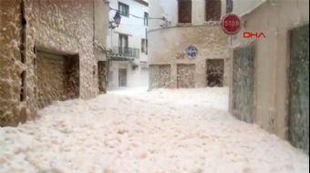 İspanya Sokaklarını Deniz Köpüğü Bastı!