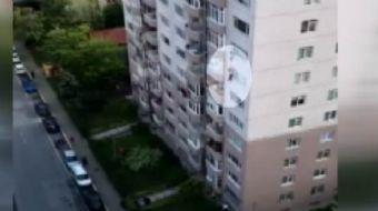 İstanbul Beylikdüzü'nde yarı çıplak bir şekilde 8'inci katın penceresinden atlayarak intihara kalkış