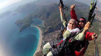 Fethiye'deki Babadağ'dan geçen yıl torunuyla uçuş yapan 87 yaşındaki kadının görüntüleri, sosyal med