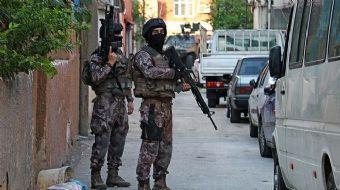 Adana'da terör örgütü DEAŞ'a yönelik helikopter destekli operasyonda aynı evde 7 kişi yakalandı.