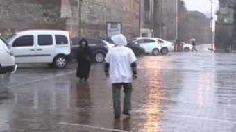 İstanbul'da yağmur batı ilçelerinde başladı. Beylikdüzü'nde yağmura hazırlıksız yakalananlar ıslanma
