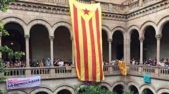 Barcelona'da öğle saatlerinde çok sayıda öğrenci sloganlar atarak ellerindeki dövizlerle birlikte Ba