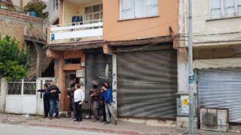 Seyhan ilçesi Gazipaşa mahallesinde gerçekleşen olayda polis rehinenin bulunduğu eve müdahale etmeye