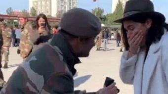 Ünlü oyuncuya sürpriz evlilik teklifi! Asker sevgilisi şaşırttı